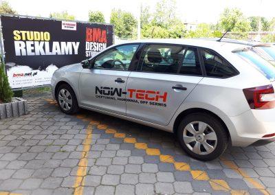 nowe tech reklama na samochodzie